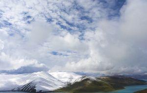 Den heliga Yamdrok-Tso sjön