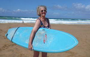 En surfande moder 82 år