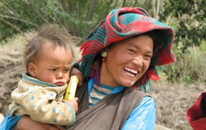 Bondkvinna med barn på armen