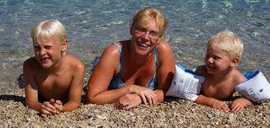 Badglada på stranden Bol på ön Brac.