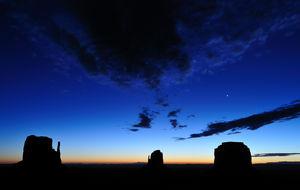 Natten sänker sig över Monument Valley