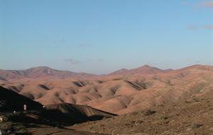på väg norrut från morro jable,notera bergen som ser ut som veckat sidentyg.