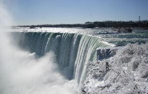 Niagarafallet i vinterskrud