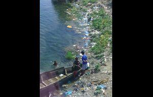 Badande barn i floden.