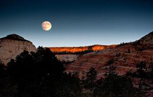 Månen går upp över Zions höjder