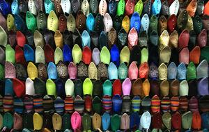 Skoförsäljning inne i soukerna i Marrakech.