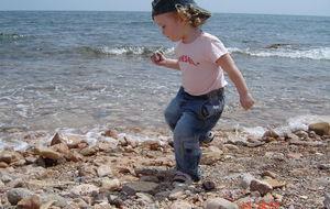 Härligt att springa o kasta sten på stranden