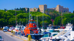 Rhodos stad med sin hamn och sina historiska byggnader.