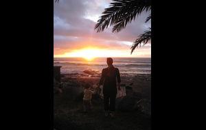 Mamma och jag tittar på solnedgången