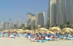 på stranden i Dubai
