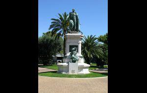 """Detta ståtliga monument står i Espace Massena och på sockeln står det """"Nice a Massena 1809 - 1909"""". Kanske någon vet vad det betyder?"""