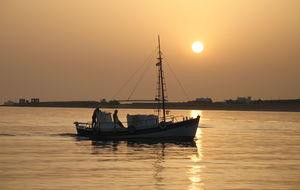 Fiskebåt i solnedgång