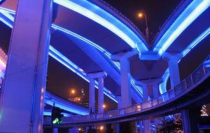 Neonbelyst motorväg