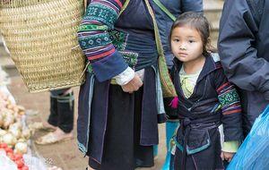 Hmong flicka på marknaden i Sapa