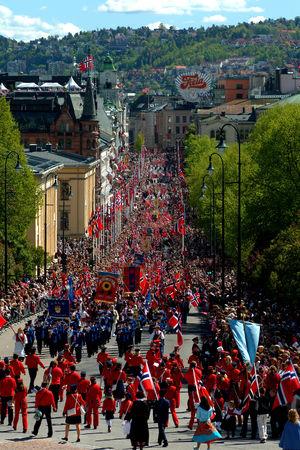Paraden går längs Oslos huvudgata Karl Johan.