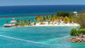 På Jamaica möts du av reggeamusik och vackra stränder.