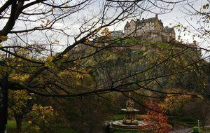 Magnifika Edinburgh Castle på sin klippa