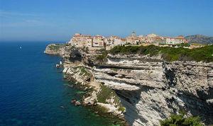 Dramatiska och vackra klippor ger unik havsutsikt.