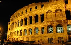 Colosseum i Pula - fullt program sommaren lång. Här förbereder man sig för Zucchero från Italien. Vill man inte betala kan man alltid hänga utanför.