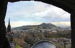 Utsikt från Edinburgh Castle mot Arthur´s Seat