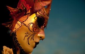 Venetiansk mask i solnedgången