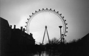 Ögat blickar ut över Londonskvällen