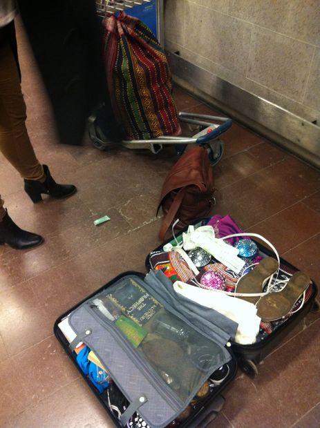 Kasta Väskor På Arlanda : Ompackning av v?skor bilder stockholm arlanda sverige