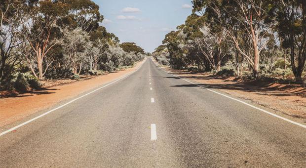 Raka vägar i Australien mellan Broken Hill och Silverton.