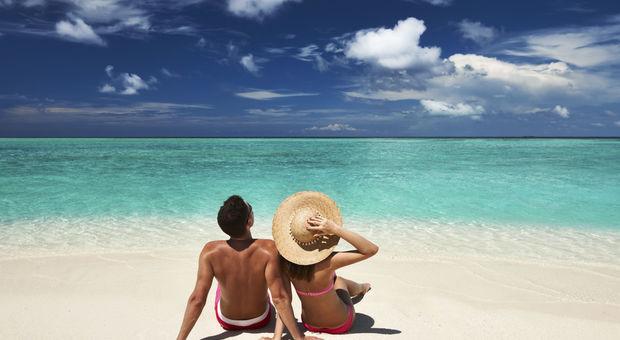 Njut på en sandstrand med din älskling