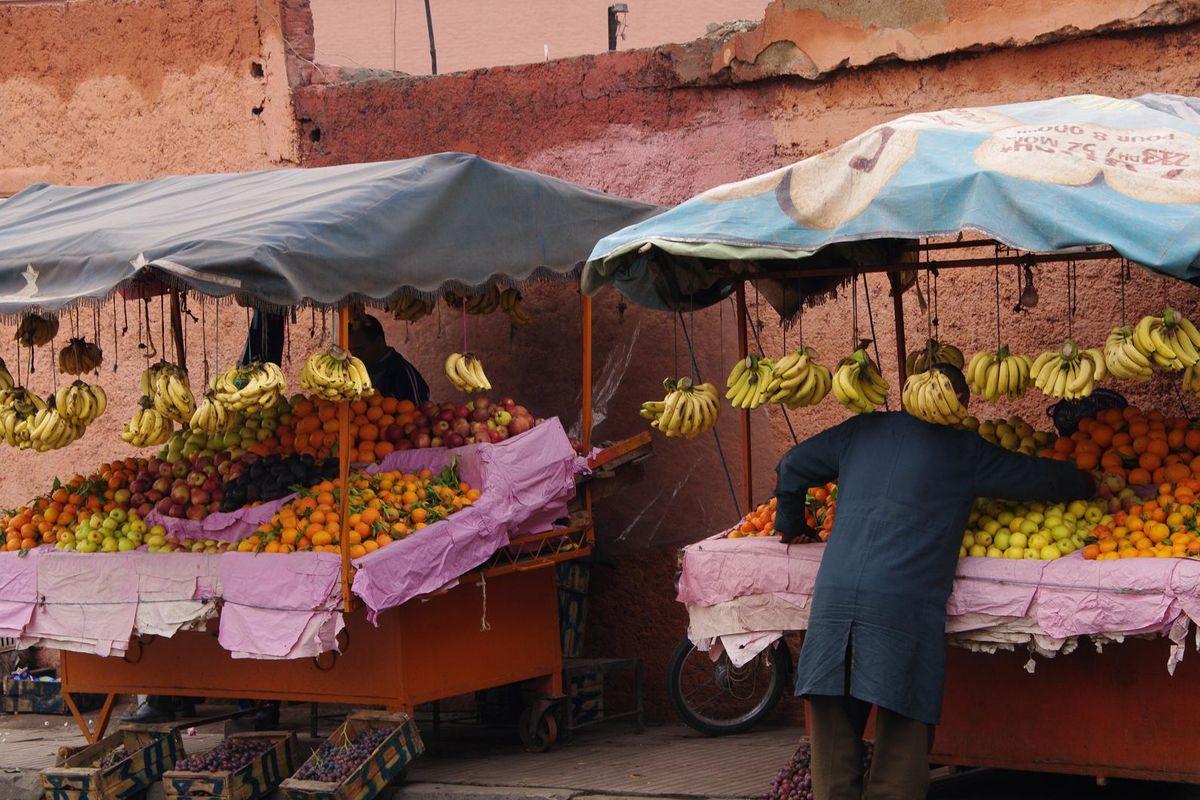 Fruktförsäljare på rue de Bab Agenaou