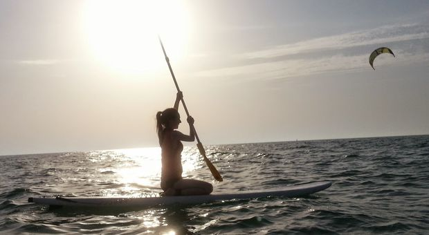 På Kite Beach i Dubai kan du testa stand up paddling