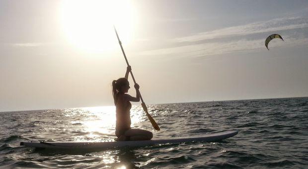 På Kite Beach i Dubai kan du testa stand up paddling