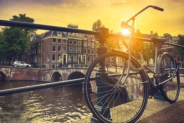 Höstig solnedgång över Amsterdam. Foto: iStock