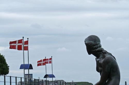 Den lille havefruen med den danska flaggan i sikt