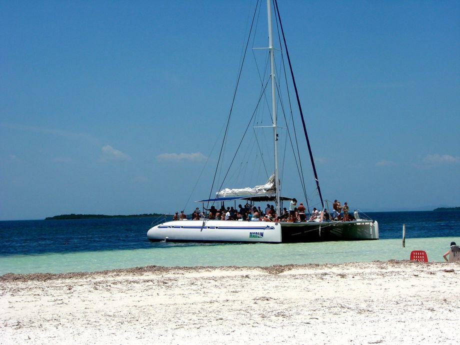 Katamaran Vid Stranden Cayo Blanco Varadero Kuba