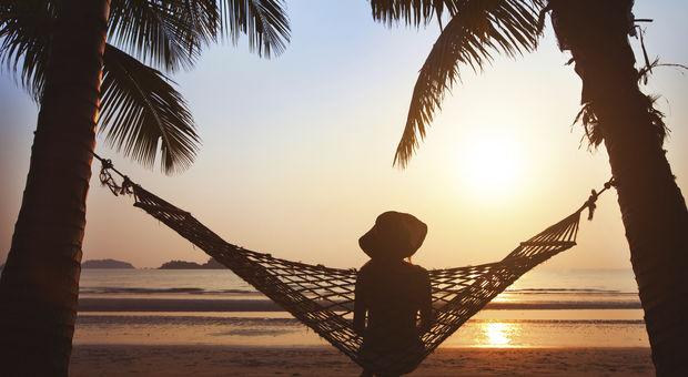 Hängmatte-häng på en strand långt borta.