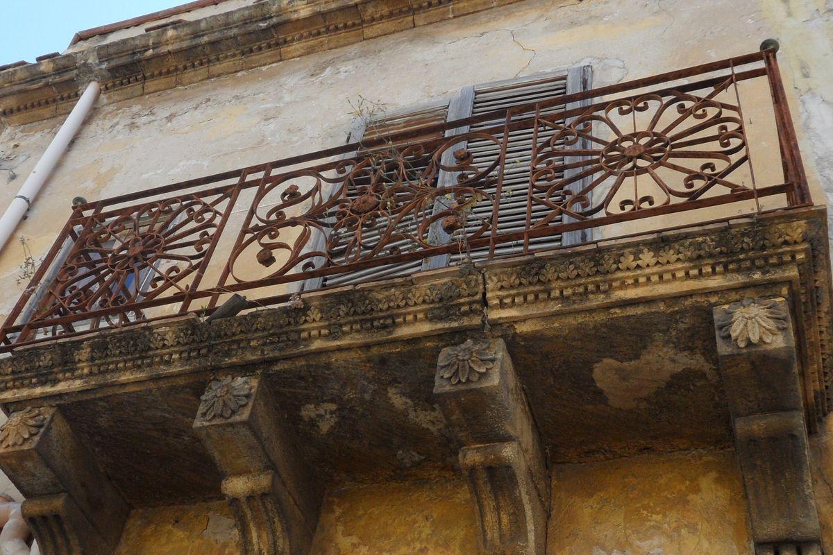 vacker balkong med patina