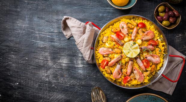 Paella med skaldjur och kyckling