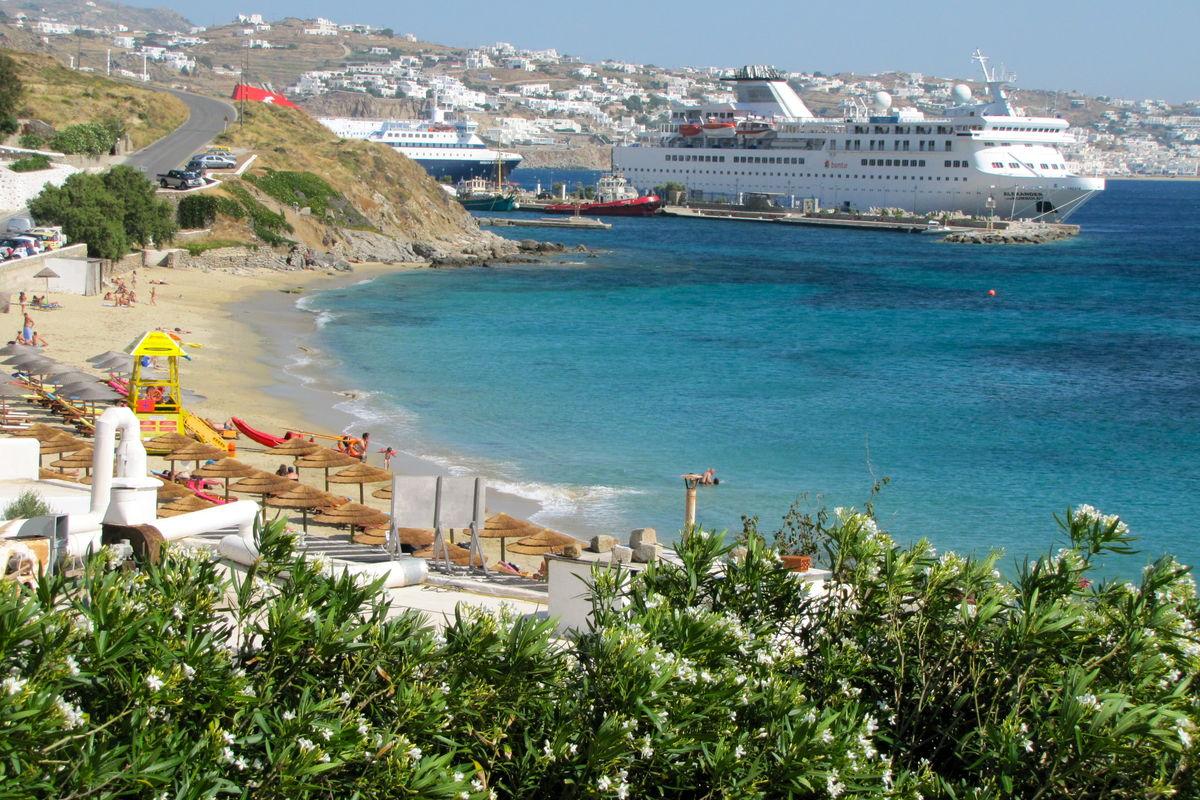 Agios Stefanos beach med nya hamnen bortanför