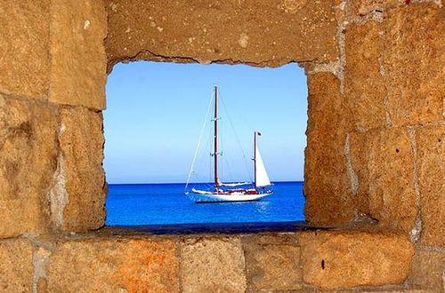 Ett fönster i ringmuren.