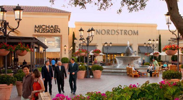 Kombinera det bästa av två världar på Fashion Island, sol & shopping.