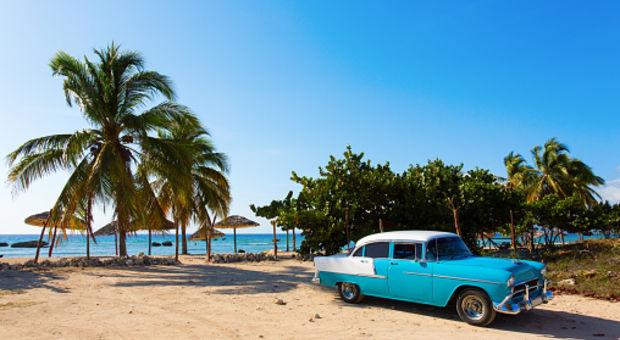 Promenera ner till stranden på Kuba